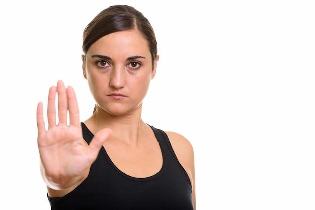 Studio shot van mooie vrouw op zoek boos met stop handgebaar