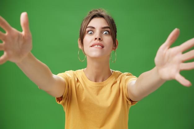 Studio shot van opgewonden en opgewonden grappige vrouw gretig om te knuffelen bijtende onderlip
