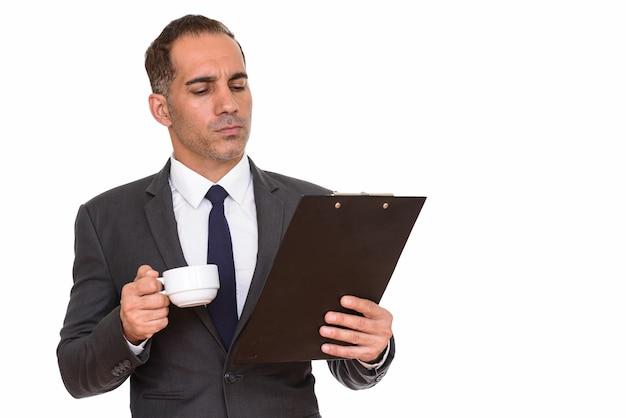 Studio shot van volwassen knappe perzische zakenman in pak geïsoleerd tegen een witte achtergrond