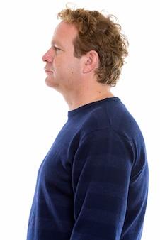 Studio shot van volwassen man met blond krullend haar geïsoleerd tegen een witte achtergrond