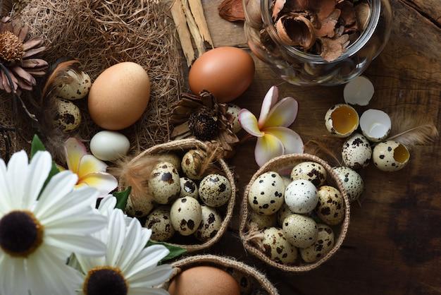 Studio van eieren op een zwarte houten achtergrond wordt geschoten die