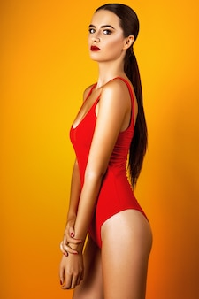 Studiofoto van jonge vrouw op gele achtergrond