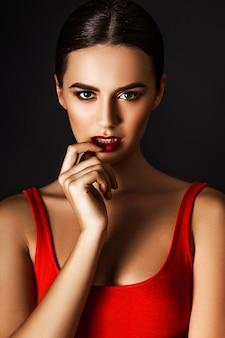 Studiofoto van jonge vrouw op zwarte achtergrond