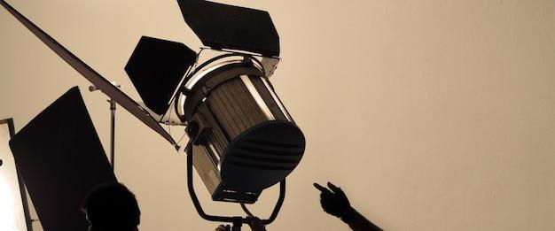 Studiolicht en achterwand en softbox opgezet voor het maken van foto- of videoproductie, inclusief: