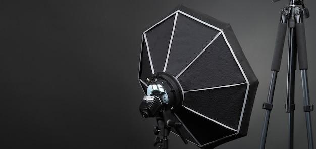 Studiolicht en achterwand en softbox opgezet voor het maken van foto- of videoproductie, waaronder: