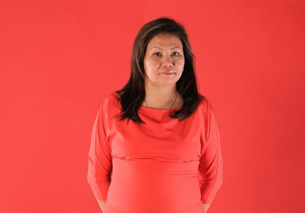 Studioportret van 40 jaar oude thaise vrouw