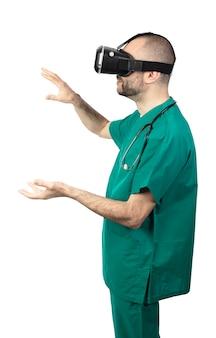 Studioportret van een arts die een virtueel werkelijkheidsapparaat met behulp van.