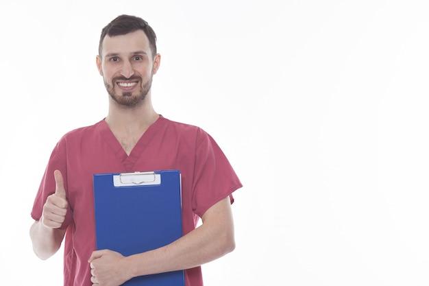 Studioportret van gelukkige mannelijke arts in uniform