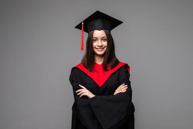 Studioportret van grappig opgewonden vrolijk studentenmeisje met afstudeercertificaat
