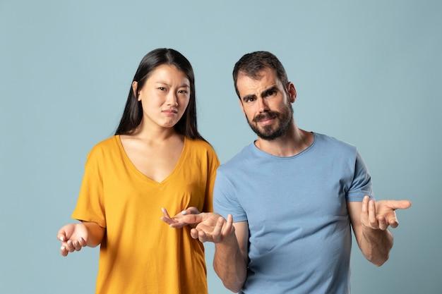 Studioportret van jonge aziatische vrouw en blanke man
