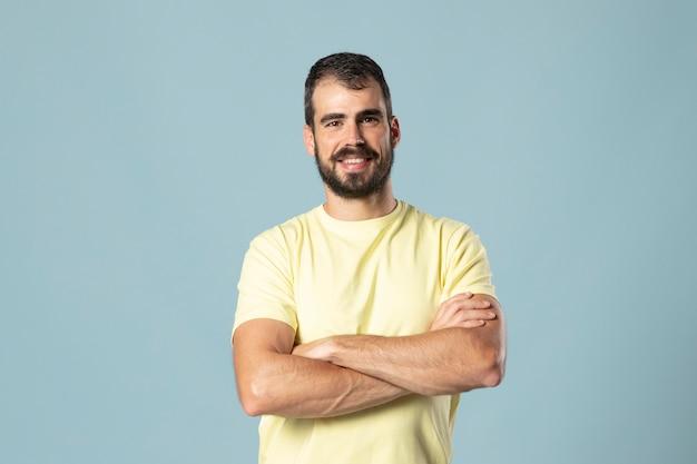 Studioportret van jonge man