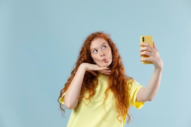 Studioportret van jonge vrouw met rood haar