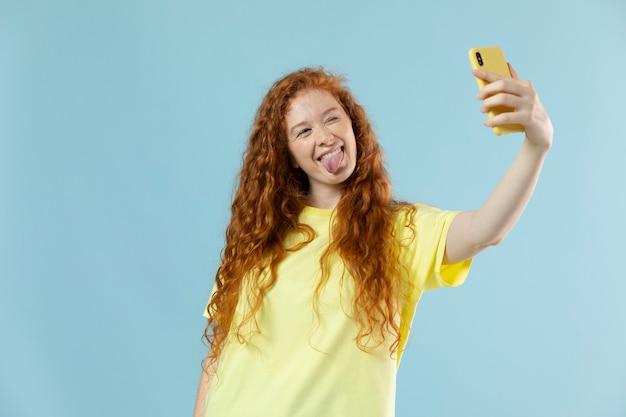 Studioportret van vrouw met rood haar