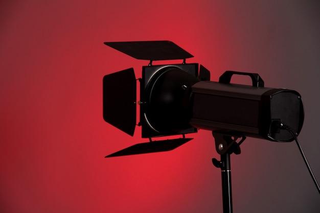 Studioverlichting op grijze oppervlakte close-up