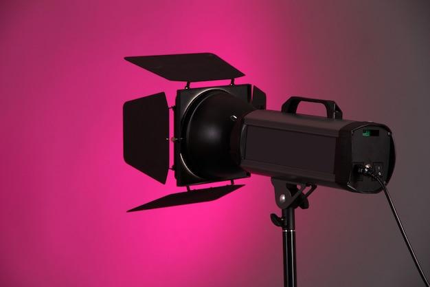 Studioverlichting op roze muurclose-up