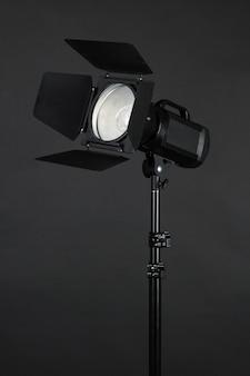 Studioverlichting op zwarte close-up