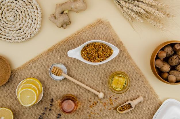 Stuifmeel met honingraat en honing bovenaanzicht met citroen