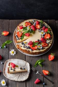 Stuk cheesecake klassieke cheesecake in new york-stijl versierd met aardbeien bosbessen