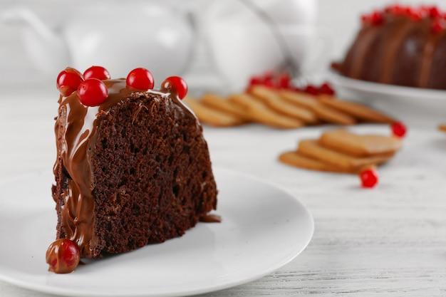 Stuk chocoladetaart met sneeuwbalbessen op een tafel
