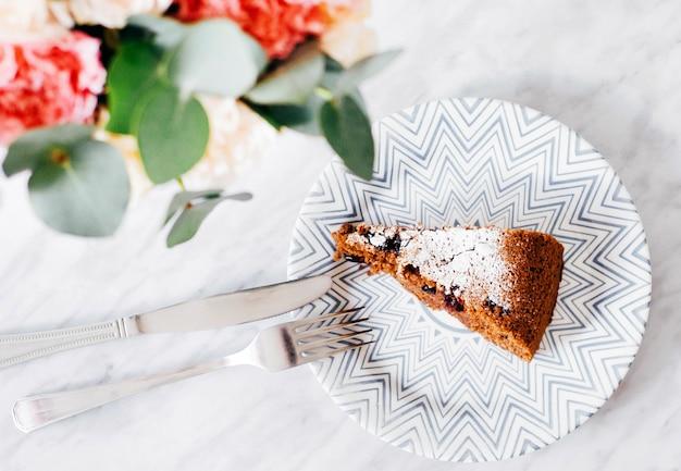 Stuk chocoladetaart op een bord