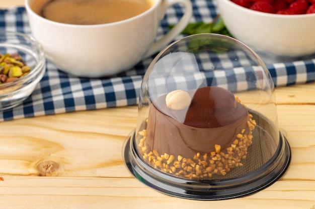 Stuk chocoladetaart op tafel close-up