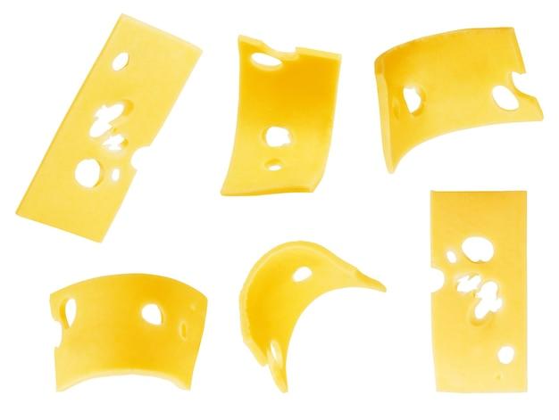 Stuk en plakjes kaas geïsoleerd op een witte achtergrond