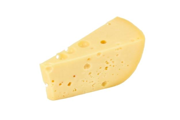 Stuk harde kaas close-up geïsoleerd op een witte ondergrond