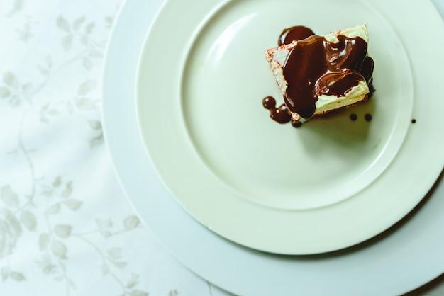 Stuk heerlijke chocoladetaart op plaat, verdiende dessert voor zoetekauw.