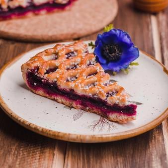 Stuk heerlijke taart met jam op plaat