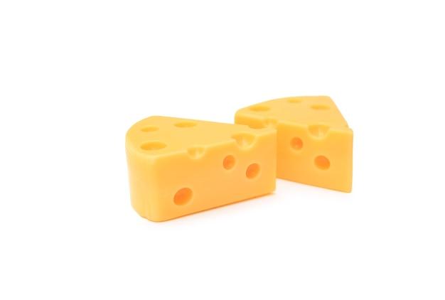 Stuk kaas geïsoleerd op een witte achtergrond
