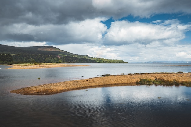Stuk land tussen de kalme zee. noord-ierland