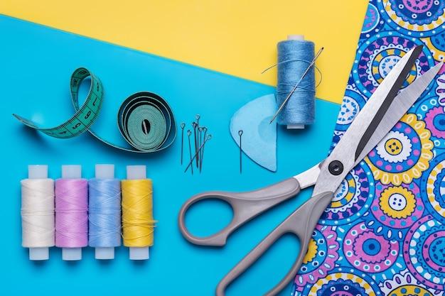 Stuk lichte stof en voorwerpen voor handwerk.