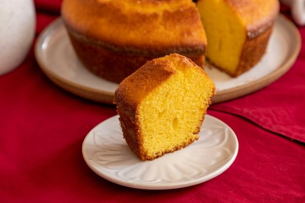 Stuk maïsmeelcake met sinaasappel als ontbijt