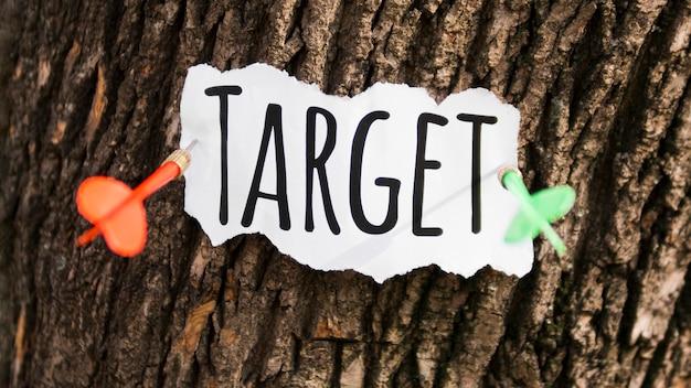 Stuk papier met doel vast aan boomschors