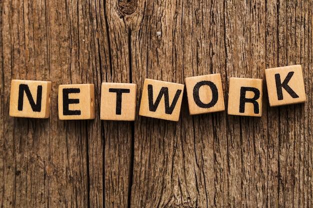 Stuk speelgoed bakstenen op de lijst met woord netwerk