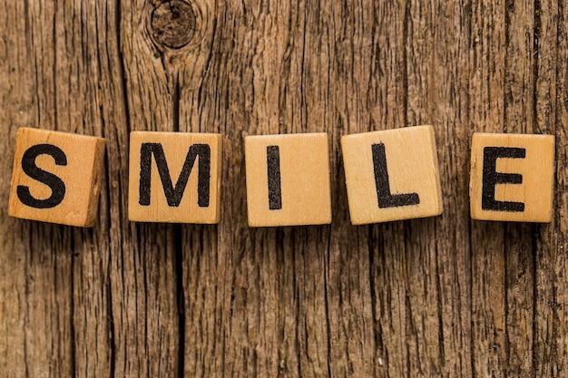 Stuk speelgoed bakstenen op de lijst met woordglimlach