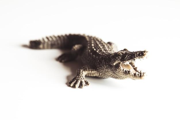 Stuk speelgoed bruine krokodil met baby op witte achtergrond voor decoratie