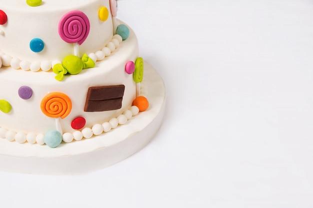 Stuk speelgoed cake op een wit