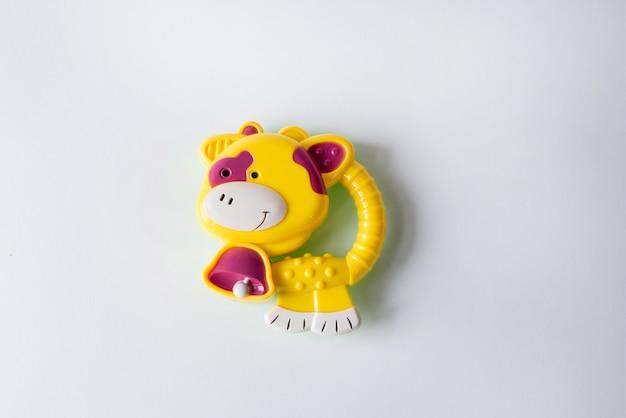 Stuk speelgoed gele die koe op wit wordt geïsoleerd. speelgoed voor baby's en pasgeborenen