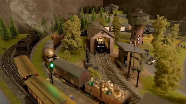 Stuk speelgoed goederentreinen in het depot.