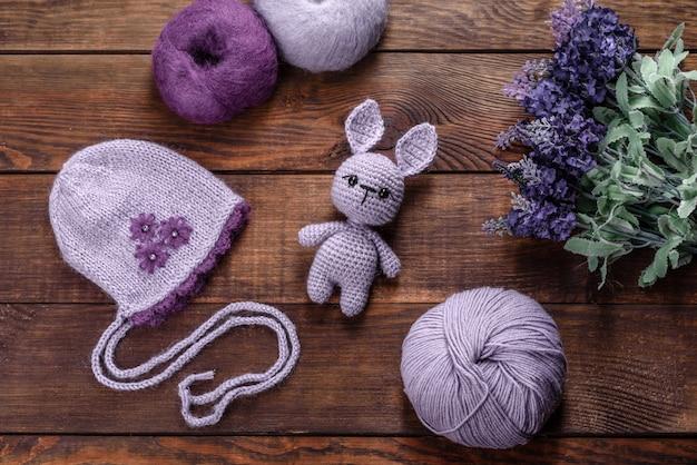 Stuk speelgoed haas gebonden van wollen draden op een donkere achtergrond. handwerk, hobby