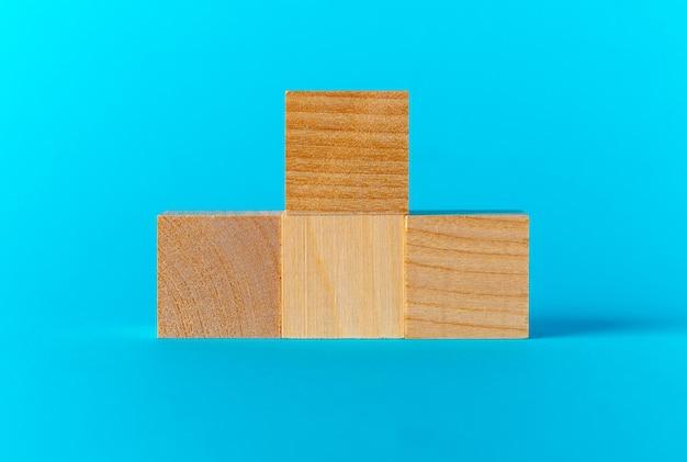 Stuk speelgoed houten blokken op blauw vooraanzicht als achtergrond, exemplaarruimte
