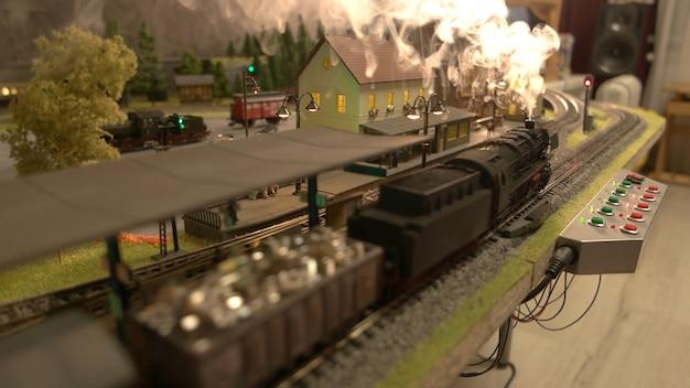 Stuk speelgoed lading lokomotief met stoom.