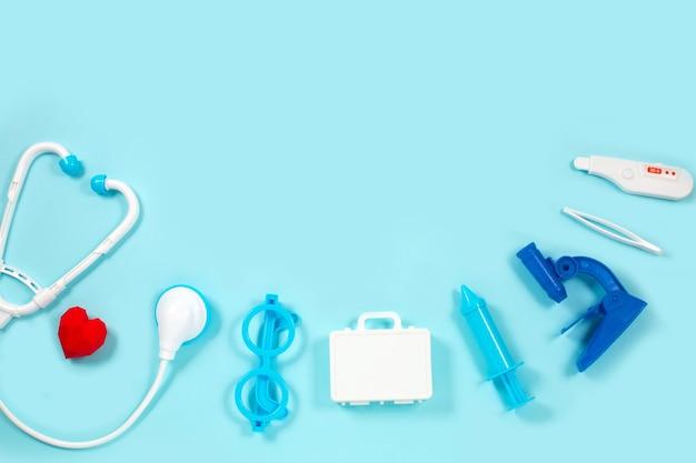 Stuk speelgoed medische apparaten op een blauw. medische instrumenten voor kinderen.