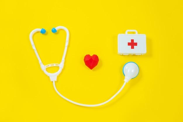 Stuk speelgoed medische apparaten op geel. medische instrumenten voor kinderen