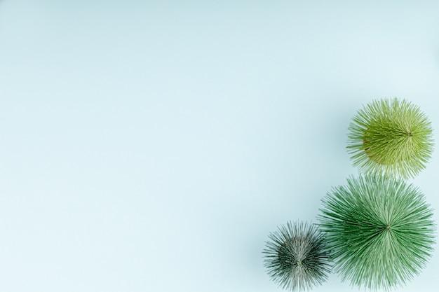 Stuk speelgoed pijnboombomen op blauwe document achtergrond, de groetkaart van kerstmis