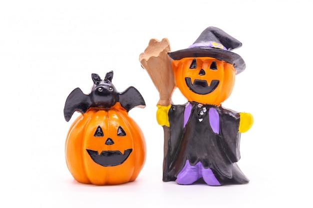 Stuk speelgoed pompoen voor halloween op wit wordt geïsoleerd dat