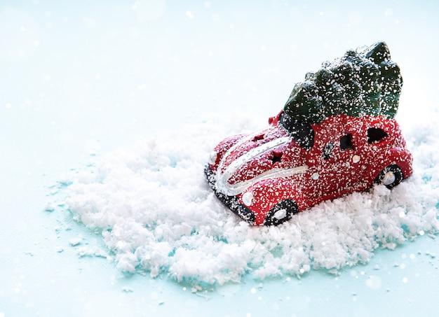 Stuk speelgoed rode auto op een sneeuwachtergrond