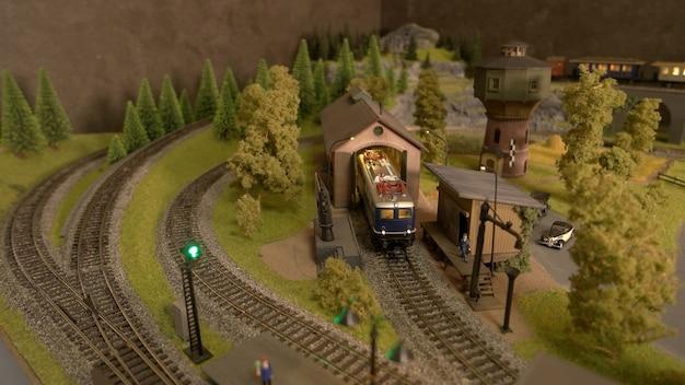 Stuk speelgoed trein in een tunnel.