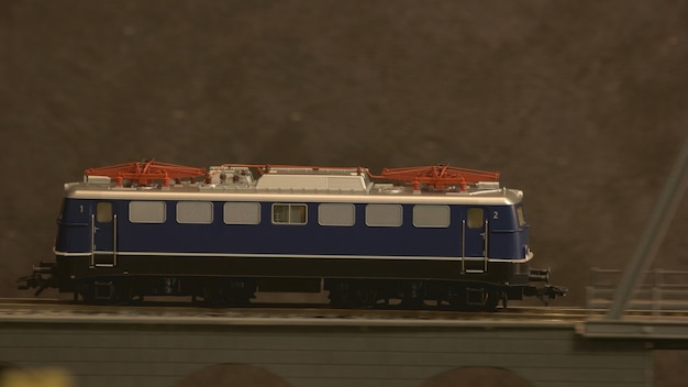 Stuk speelgoed trein op de brug.